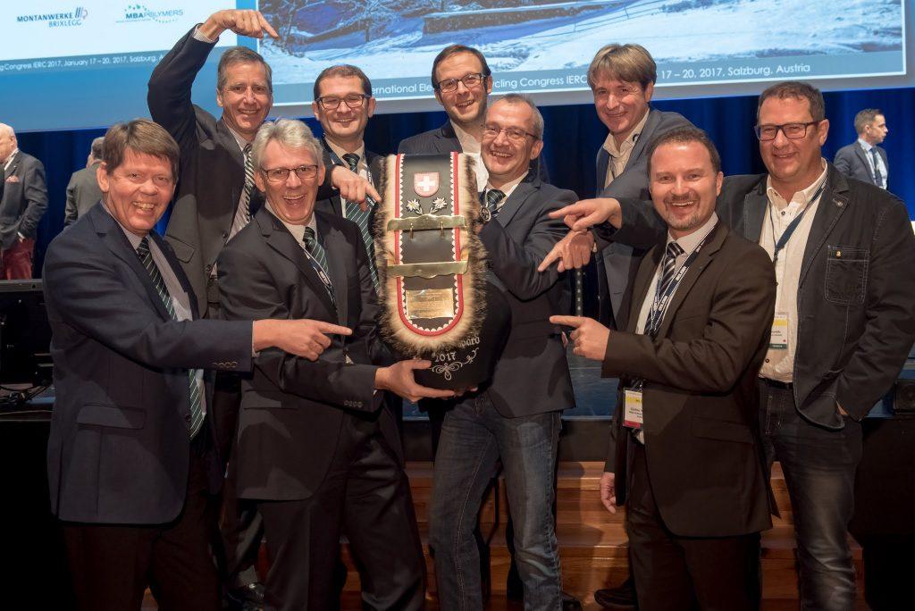 """Das Team der Müller-Guttenbrunn Gruppe freute sich mit Christian Müller- Guttenbrunn über den """"IERC Honorary Award"""" in Form einer Kuhglocke"""